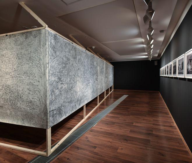 Süli-Zakar Szabolcs: Frottázs ház, 2017, grafit, papír, 165 x 1000 cm