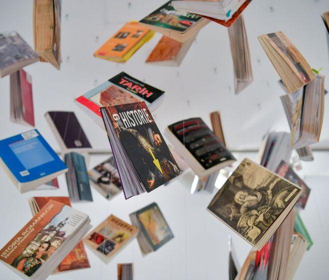 Keserue Zsolt, Nemzeti Tankönyv, 88 db tankönyv installáció, 2019