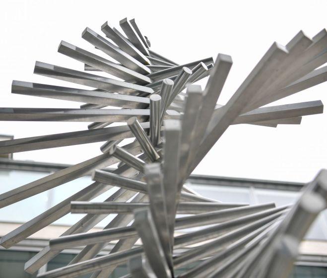 Tilless Béla, Kettős-spirál-mobil, alumínium, elektromotor (60×250 cm), 1988 k.