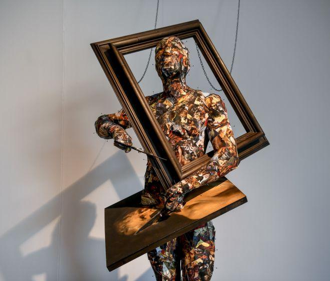 Kicsiny Balázs, Végső vágás a képek birodalmában, 230 x 120 x 90 cm, 2019-2020