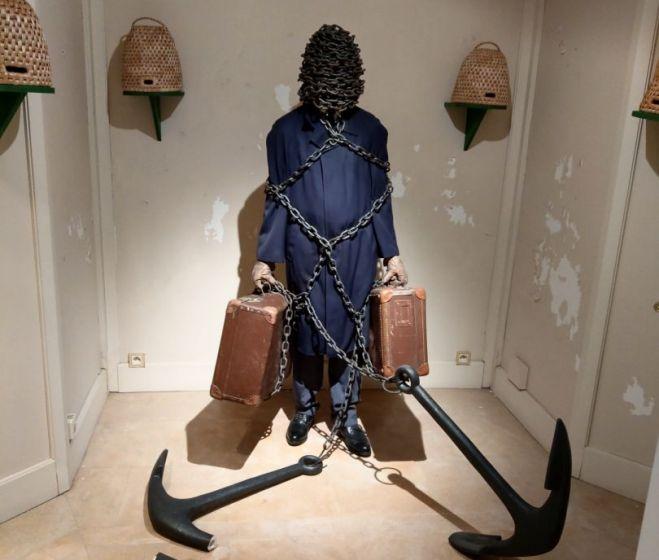Kicsiny Balázs, Édes otthon, üvegszál, vasmacska, használt ruha és cipő, lánc, kaptár, fa, Alain Servais Gyűjtemény, Brüsszel, 2005